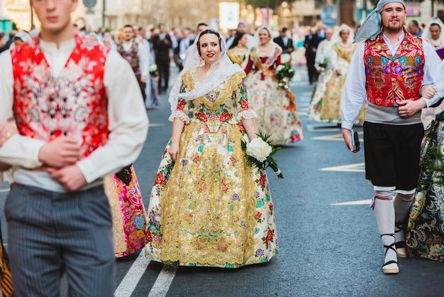 Porträt von frauen als falleras verkleidet mit dem bunten und luxuriösen kleid von fallas.