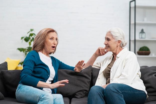 Porträt von frauen auf der couch sitzen