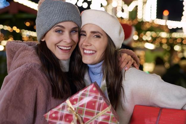 Porträt von frauen im freien mit weihnachtsgeschenk