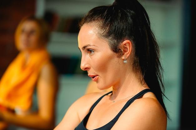 Porträt von frauen mit einem gesunden lebensstil. gesunde fitnessfrau in starker form, die vom sport geliebt wird. die wichtigste richtige atmung. .