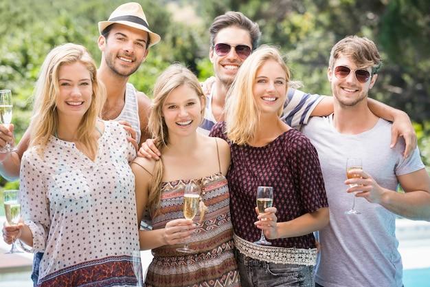 Porträt von freunden mit gläsern champagner