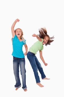 Porträt von fröhlichen mädchen springen
