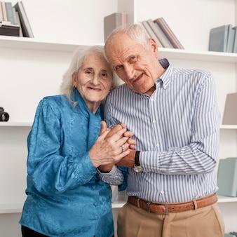 Porträt von glücklichen älteren paaren zusammen