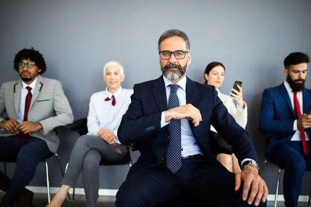 Porträt von glücklichen erfolgsgeschäftsleuten. konzept des finanz-, versicherungs- und marketinggeschäfts