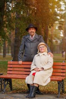 Porträt von glücklichen großeltern im park