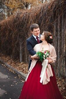 Porträt von glücklichen jungvermählten in der herbstnatur. glückliche braut
