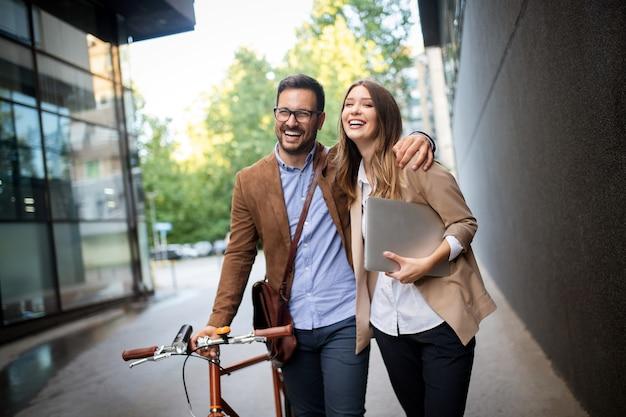 Porträt von glücklichen lächelnden geschäftsleuten, die in der stadt sprechen