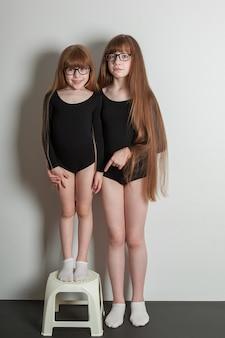Porträt von glücklichen mädchen in einem sportgymnastikbadeanzug