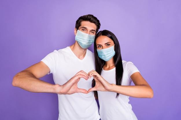 Porträt von ihm, er, sie, gesundes paar, trägt sicherheitsmaske, medizin, versicherung, gesundheitswesen, umarmt, zeigt herzform mers cov isoliert heller, lebendiger glanz, vibrierender lila violetter lila farbhintergrund