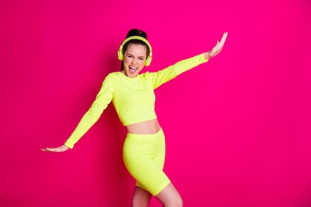 Porträt von ihr, sie hübsches attraktives hübsches fröhliches fröhliches mädchen, das pop-melodie-musik hört, die tanzpause genießt und spaß hat