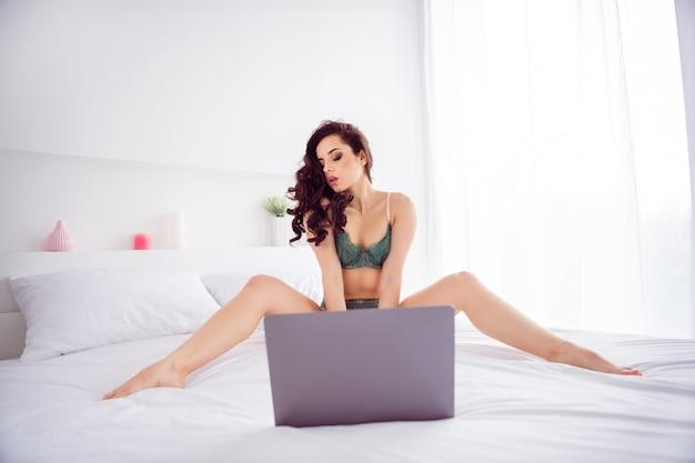 Porträt von ihr, sie passt gut zu einem attraktiven, schicken, wunderschönen, atemberaubenden mädchen, das auf leinen sitzt und vor einer videokamera posiert, die online mit dem kundengeschäft chattet, hellweißes innenzimmer hauswohnung