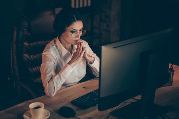Porträt von ihr sie schön attraktiv schön stilvoll intelligente dame auditor top executive manager löst schwierige aufgabe frist erstellen start it-startup in der nacht dunkle arbeitsplatz station drinnen