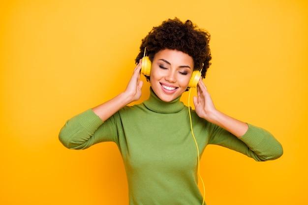 Porträt von ihr sie schön aussehendes attraktives schönes fröhliches braunes braunes mädchen mit den welligen haaren, das coole musikmelodie hört.