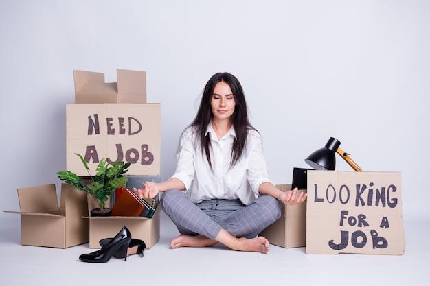 Porträt von ihr, sie schöne attraktive gefeuerte fokussierte anwaltsspezialistin, die papierposter sitzt und sagt, dass sie einen job meditieren muss, der hr lebenslauf vakanz beschäftigung om isoliert grauer pastellfarbener hintergrund