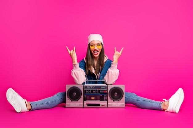 Porträt von ihr sie schöne attraktive kühle fröhliche fröhliche mädchen sitzen mit boom-box zeigt hörner zeichen schnur mit spaß isoliert auf hellen lebendigen glanz lebendige rosa fuchsia farbe