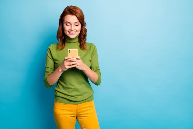 Porträt von ihr sie schöne attraktive schöne fröhliche fröhliche süchtige wellenförmige mädchen mit 5g app cell service über hell lebendigen glanz leuchtend blau türkis blaugrün farbe wand isoliert