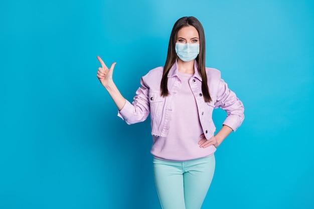 Porträt von ihr, sie schönes, attraktives, gesundes mädchen, das eine gaze-sicherheitsmaske trägt, die kopienraum zeigt, stoppmers cov-therapie, medizin, medicare-heilung, isoliert heller, lebendiger, leuchtender blauer farbhintergrund