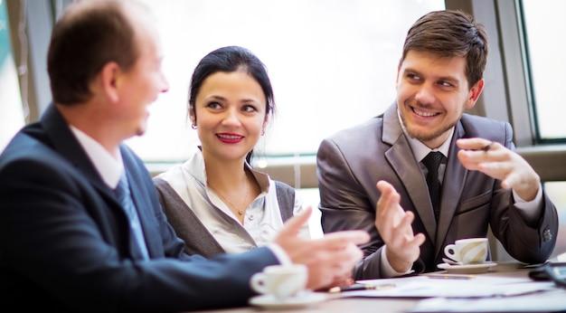Porträt von intelligenten geschäftspartnern, die beim treffen kommunizieren communicating