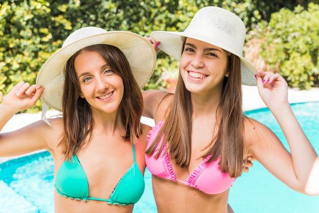 Porträt von jungen frauen nahe pool