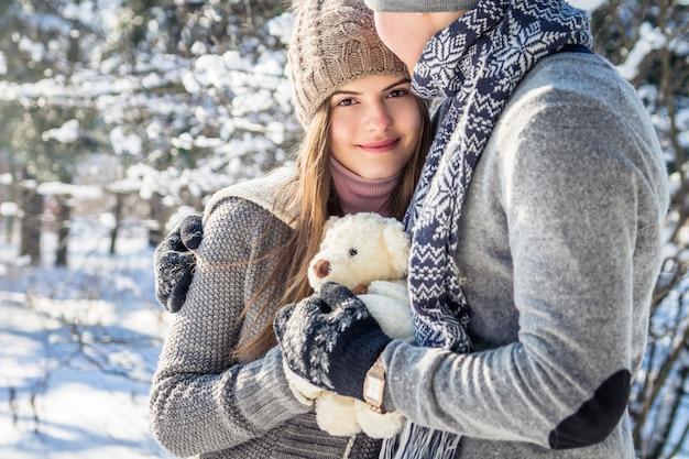 Porträt von jungen paaren in der liebe mit teddybären