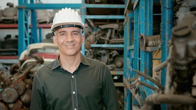 Porträt von kaukasischen ingenieuren, die in der fabrik für schwere industrieanlagen arbeiten.