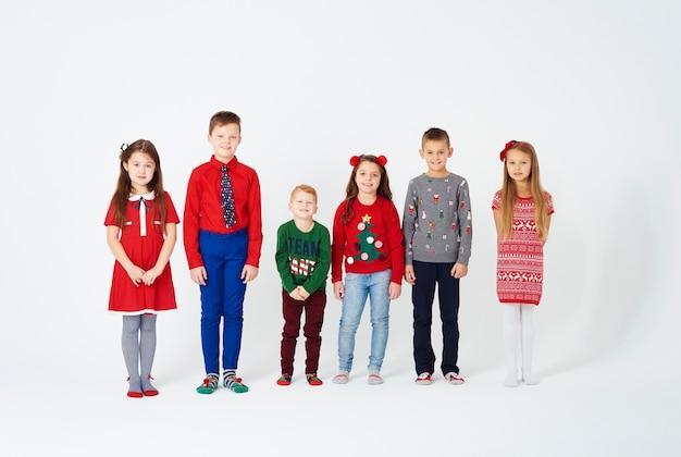 Porträt von kindern, die in einer reihe stehen Kostenlose Fotos