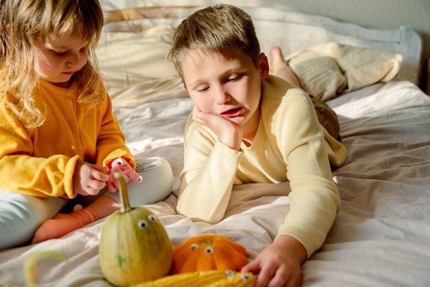 Porträt von kindern, die mit gemüse spielen