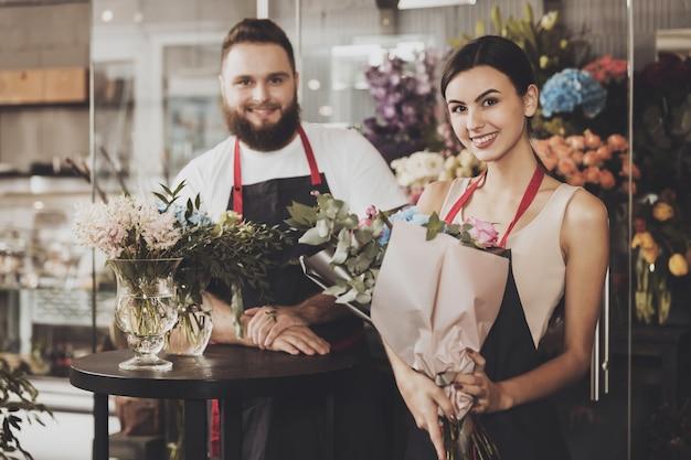 Porträt von lächelnden floristen mann und frau