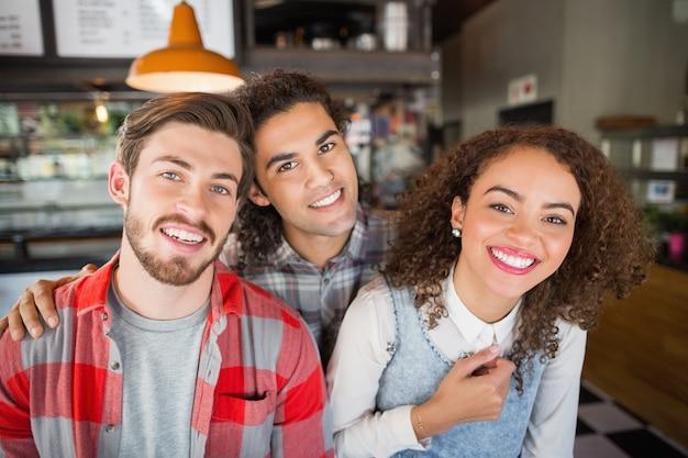 Porträt von lächelnden freunden im restaurant