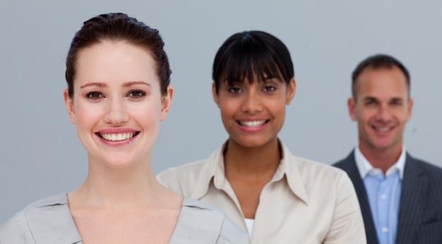 Porträt von lächelnden multiethnischen geschäftsleuten