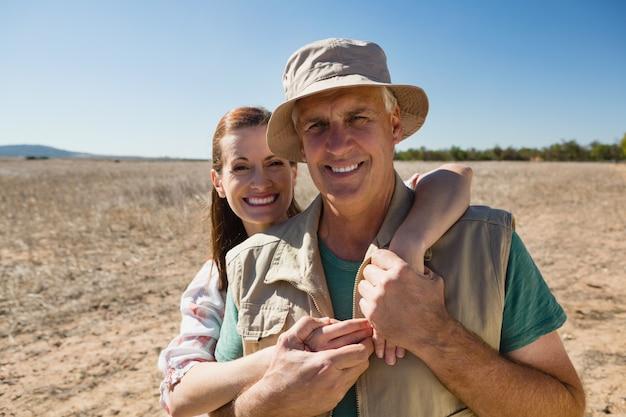 Porträt von lächelnden paaren auf landschaft