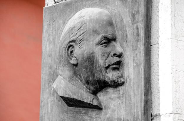 Porträt von lenin auf steinmauer