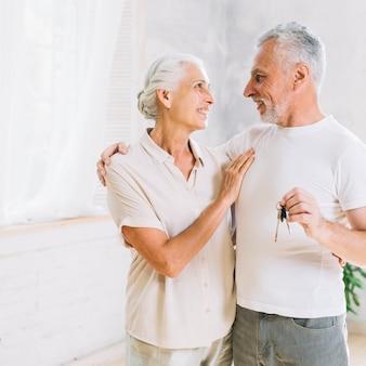Porträt von liebevollen älteren paaren am neuen haus