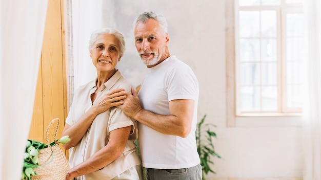 Porträt von liebevollen glücklichen älteren paaren