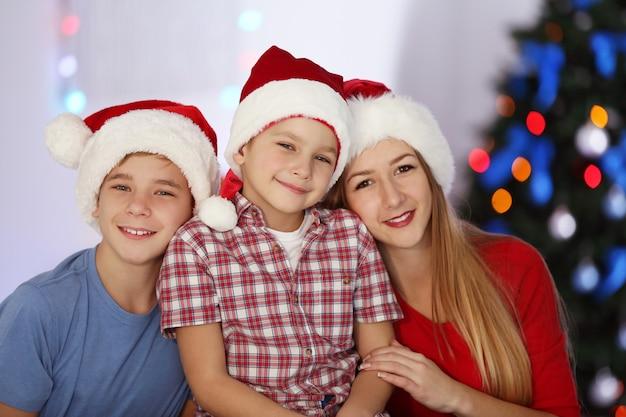 Porträt von mädchen und jungen im dekorierten weihnachtszimmer