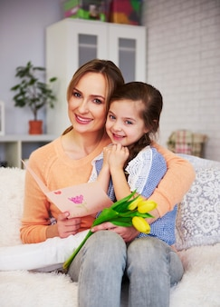Porträt von mama und ihrer tochter mit muttertagsgeschenk