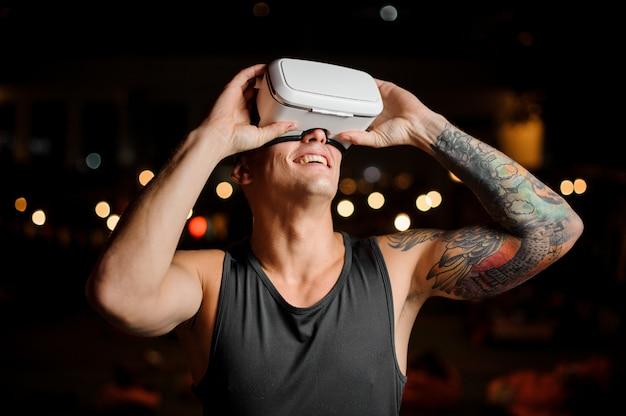 Porträt von mann und vr brille, die ein aufregendes spiel spielen. konzept der zukunft.