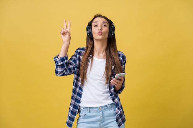 Porträt von musikliebhabern, die musik hören und mit zwei fingern gestikulieren.