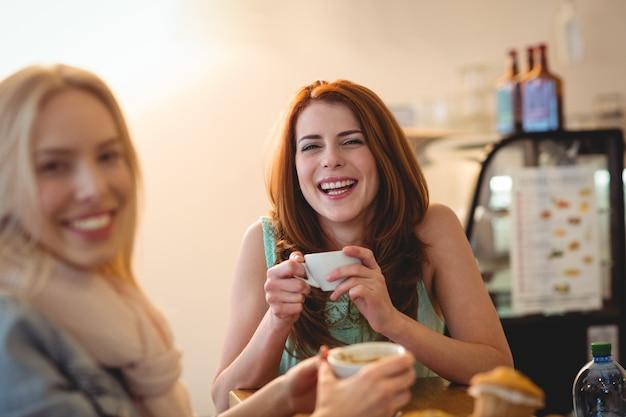 Porträt von netten freunden an der kaffeestube