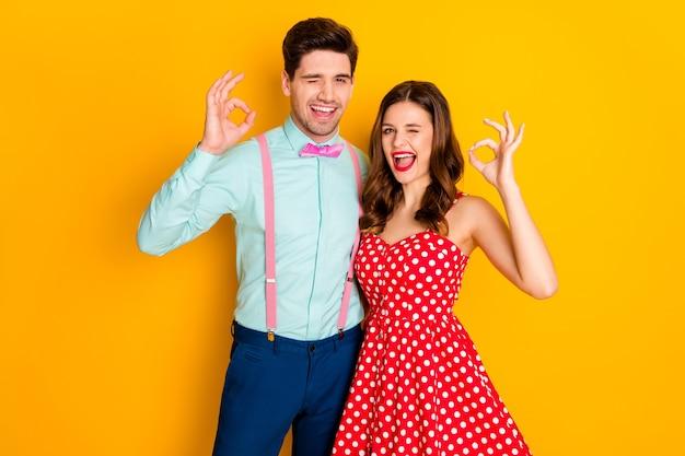 Porträt von positiven ehepartnern mit zwei personen genießen sie das zeichen, das in ordnung ist