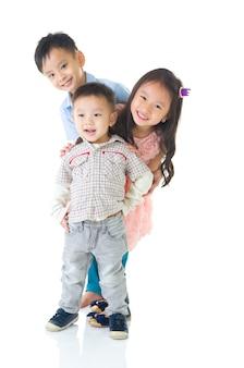 Porträt von reizenden asiatischen kindern