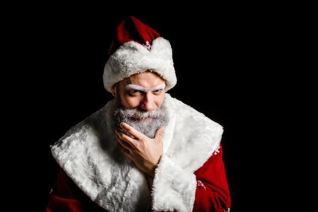 Porträt von schlauer santa claus auf einem schwarzen hintergrund. weihnachtsmann getrennt über einem schwarzen hintergrund.
