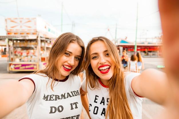 Porträt von schönen jungen freundinnen