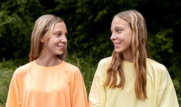 Porträt von schönen zwillingsschwestern