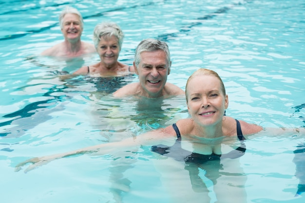 Porträt von schwimmern, die im pool schwimmen