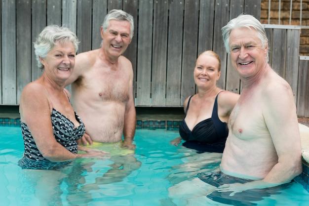 Porträt von schwimmern, die im schwimmbad stehen