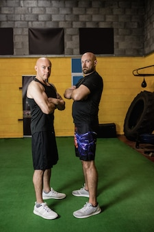Porträt von selbstbewussten thailändischen boxern