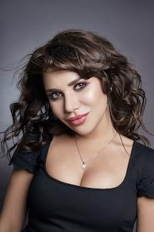 Porträt von sexy geschäftsfrauen mit den großen brüsten