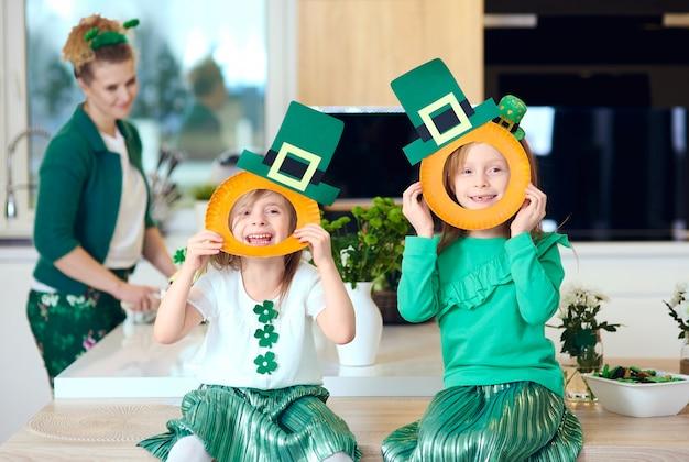 Porträt von spielerischen kindern, die lachen