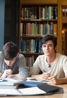 Porträt von studenten, die an einem aufsatz arbeiten